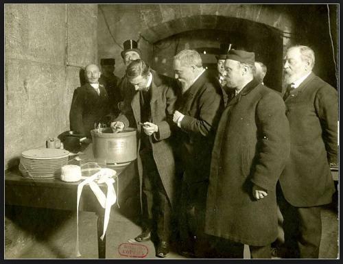La cérémonie d'enfouissement de 1907.png